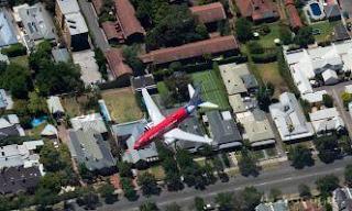 Avião é flagrado sobrevoando cidade.