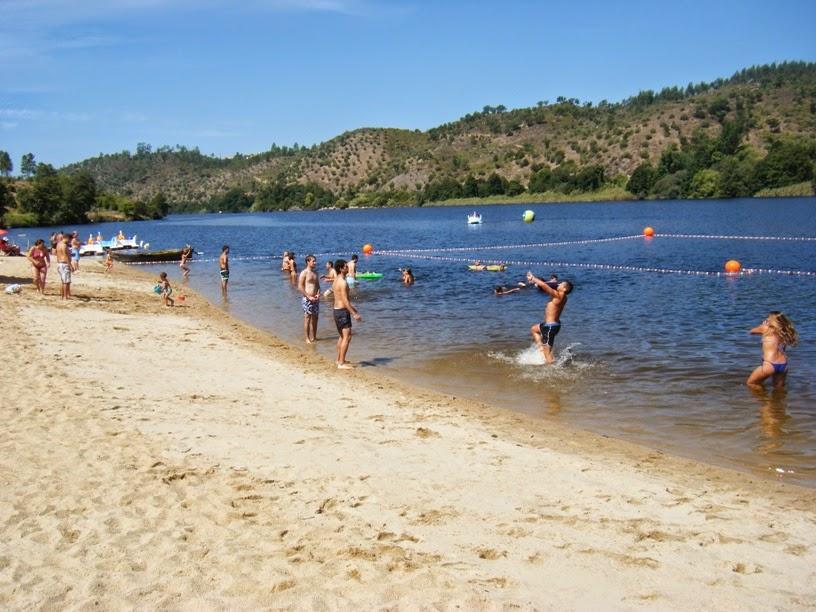 Pessoas a banhos no Rio Tejo no Alamal