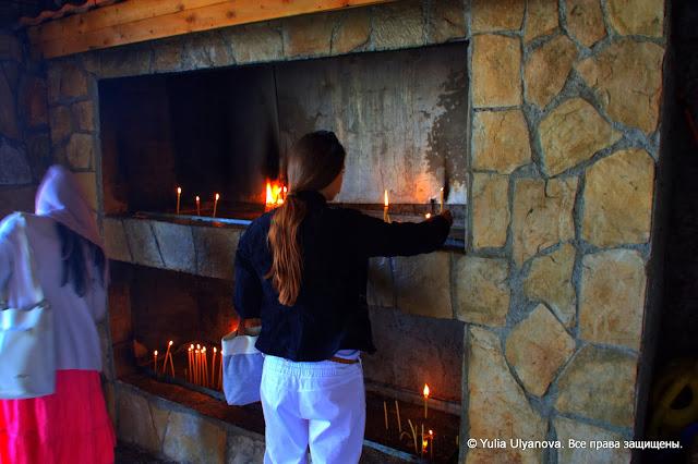 Свечи у входа в церковь в Дайбабе