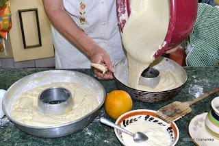 Ciasto ląduje w formach. Pkt.5.
