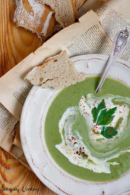 Zupa z zielonego groszku z cynamonem i lubczykiem