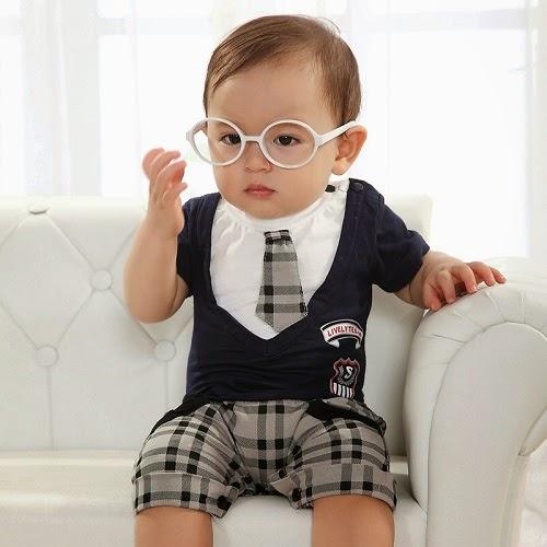 Photo bébé 1 an qui porte une jolie lunette