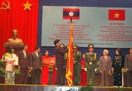 Trong khuôn khổ chuyến thăm và làm việc tại Lào từ ngày 13-15/3,  hôm nay, Đoàn đại biểu Bộ Kế hoạch và Đầu tư do Bộ trưởng Bùi Quang Vinh dẫn đầu đã hội đàm với Đoàn đại biểu Bộ Kế hoạch và Đầu tư Lào do Bộ trưởng Somdi Duongdi làm trưởng đoàn.  Hai bên đã thông báo cho nhau tình hình kinh tế, đầu tư mỗi nước; đánh giá kết quả hợp tác giữa hai Bộ thời gian qua, kiểm tra việc tổ chức thực hiện sử dụng nguồn vốn của Việt Nam dành cho Lào bảo đảm chất lượng, hiệu quả và hoàn thành tiến độ đề ra. Bộ trưởng hai nước khẳng định, trong giai đoạn 2014-2015 hai Bộ tiếp tục tăng cường hợp tác; phối hợp chặt chẽ  trong việc xúc tiến đầu tư; giải quyết các vướng mắc, tồn động của các dự án đầu tư đã được cấp phép; phối hợp trong việc theo dõi thúc đẩy việc thưc hiện các Thoả thuận của hai Chính phủ gồm: Chiến lược hợp tác 10 năm  giai đoạn 2011-2020; Hiệp định hợp tác 5 năm giai đoạn 2011-2015 và Chiến lược hợp tác Lào-Việt Nam ở hai tỉnh  Xiengkhuang và Huaphanh đến năm 2020.  Tính đến nay, Việt Nam đầu tư ở Lào 412 dự án với tổng vốn đầu tư trên 5 tỷ USD, đứng thứ hai trong số hơn 50 quốc gia và vùng lãnh thổ./.  Đặng Thùy/VOV-Lào