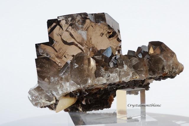 cristal de quartz composé d'un gwindel posé sur une gangue cristallisée de quartz, sidérite et calcite
