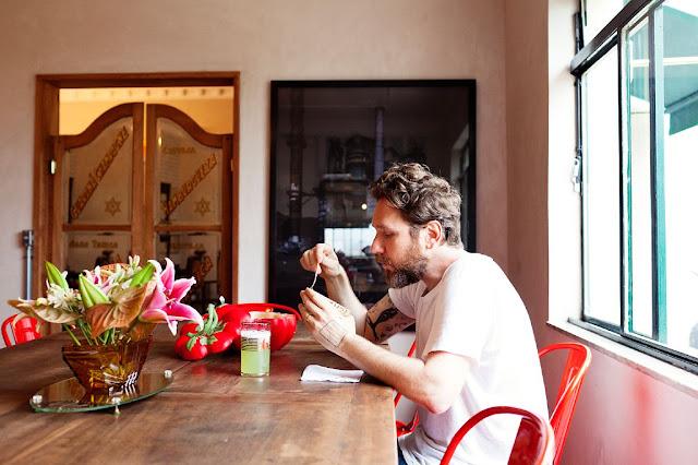 el diseñador desayunando en el comedor