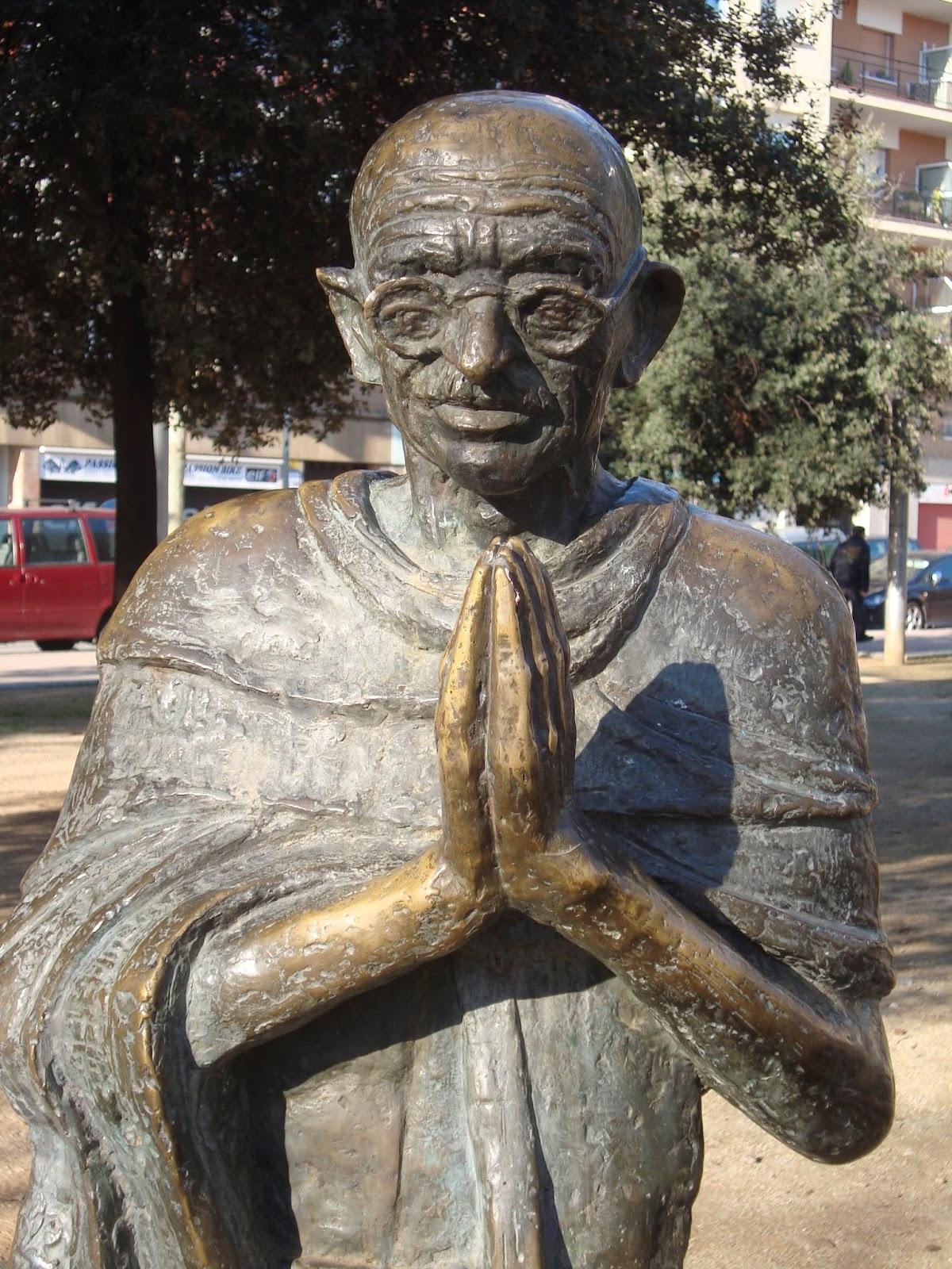 la escultura de gandhi fue una donacin de la ong barcelonesa fundacin comparte a la ciudad de barcelona el escultor fue el argentino adolfo prez