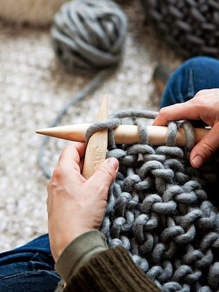 Ręce robiące na drutach grubym szydełkiem