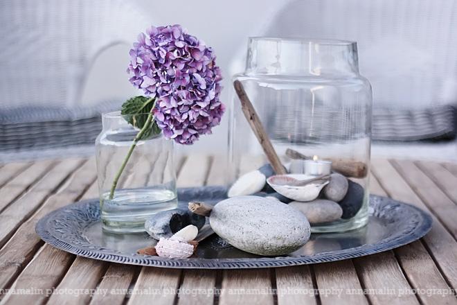 un centro de mesa LOW COST con piedras y flores