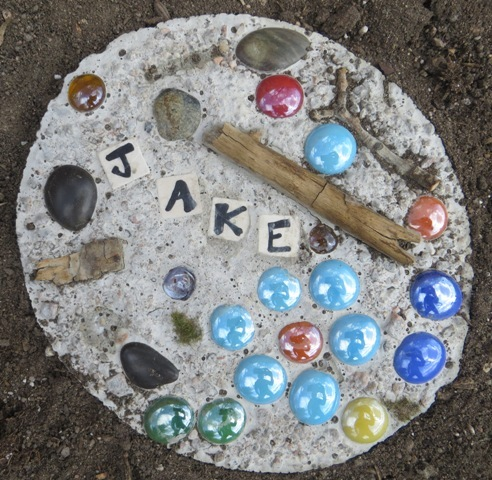 Brainstorm in bloom garden stepping stone summer craft for Colored stones for crafts
