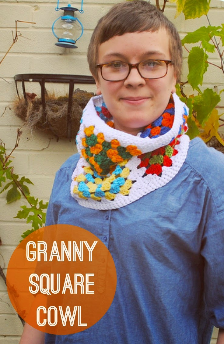 Quick and easy granny square cowl free crochet pattern.