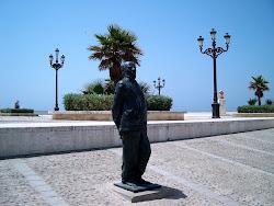 Escultura de Fernando en La Caleta, obra de Luis Quintero