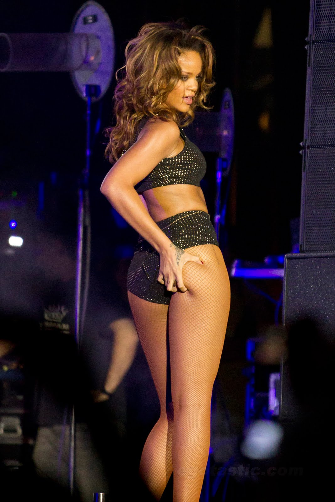 nobody touches themselves on stage quite like rihanna the sextastic ...