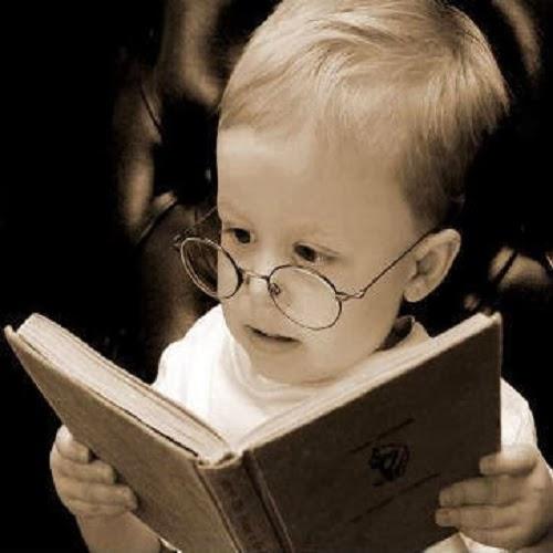 Image bébé qui lit