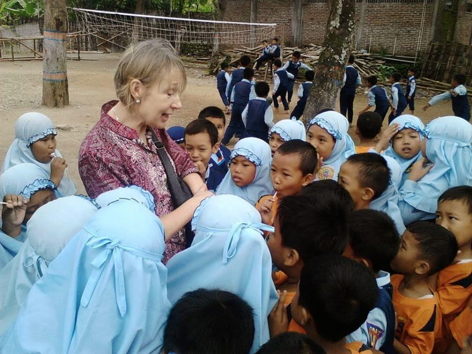 Mrs. Jane dari Liverpool, Kunjungi SDMT