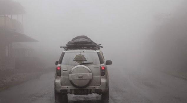 Tips dan Cara Berkendara Mobil Aman Saat Jalanan Berkabut