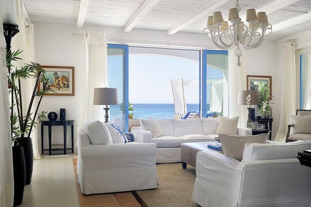 Una casa en blanco y azul con vistas al mar