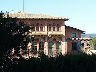 Vista de l'edifici de La Riera per la part de llevant