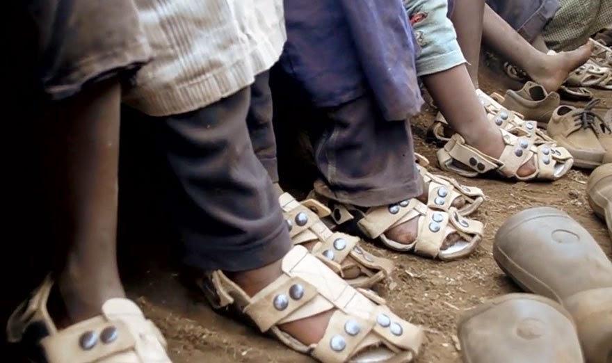 Chaussures avec des Tailles Réglables pour les Enfants des Régions Pauvres