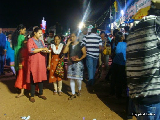 crowd at dasara ahara mela