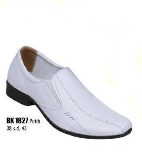 Sepatu pantofel putih pria