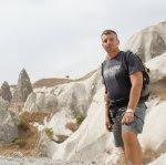 Nelle valli della Cappadocia, in posa eroica
