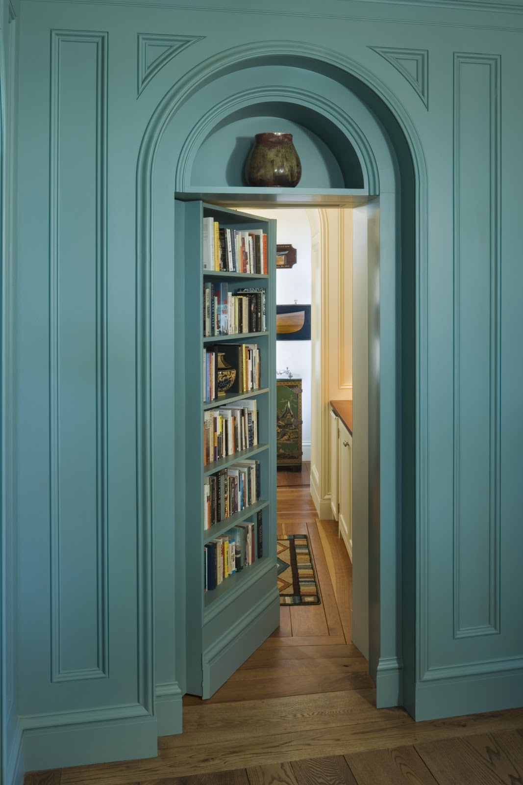 Yes, this is a hidden door. A hidden bookcase door. Also known as that title=