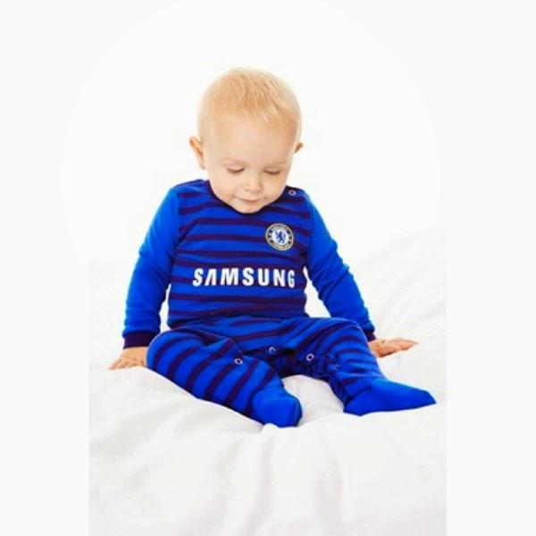 Gambar bayi laki-laki lucu pakai baju chelsea