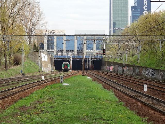 Widok z peronu dworca Warszawa Ochota w kierunku tunelu