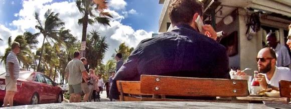 gemütliches Frühstücken im News Cafe Miami Beach in Florida USA