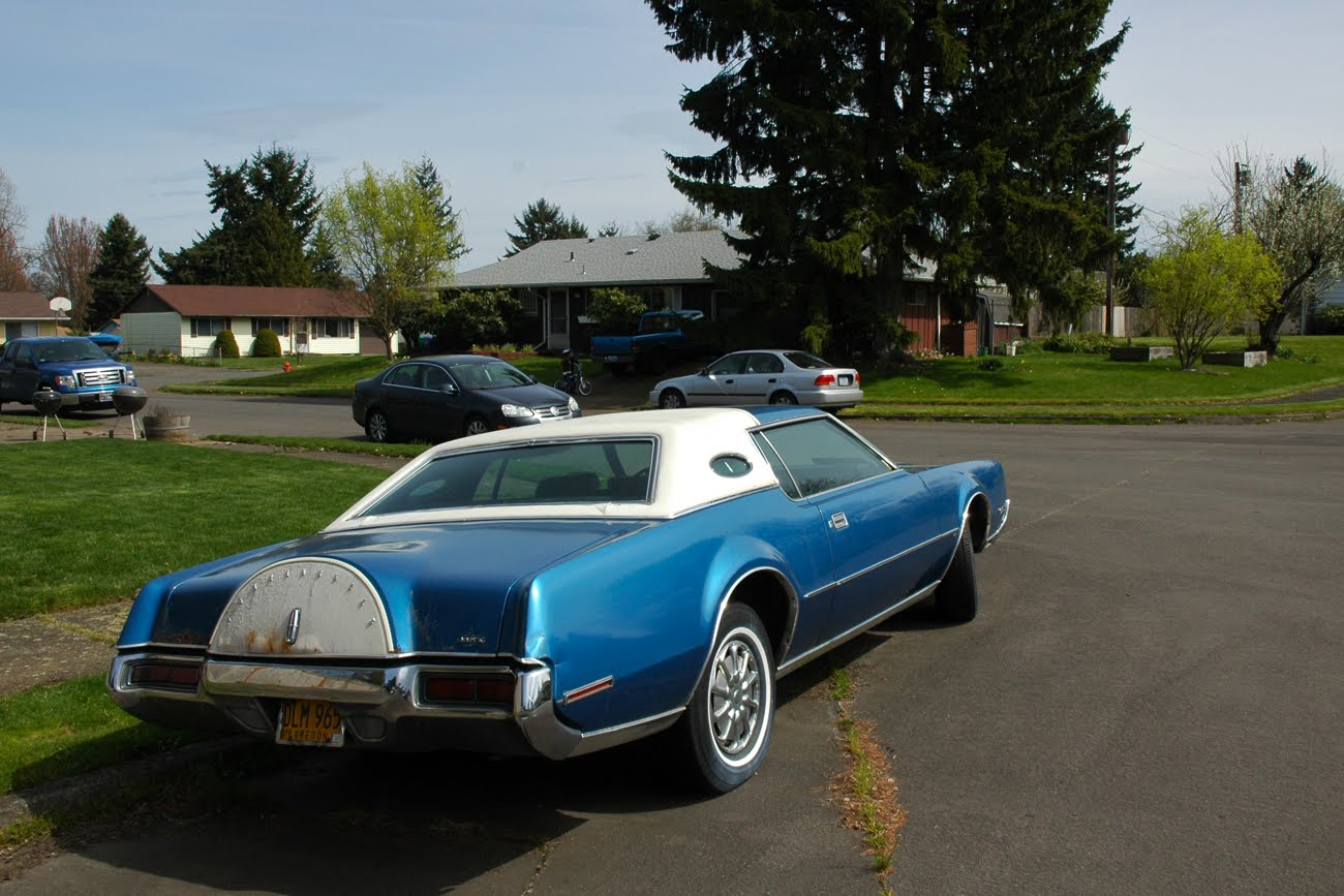 OLD PARKED CARS.: 1972 Lincoln Continental Mark IV.