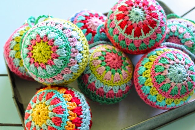Crochet Christmas Baubles. Love.