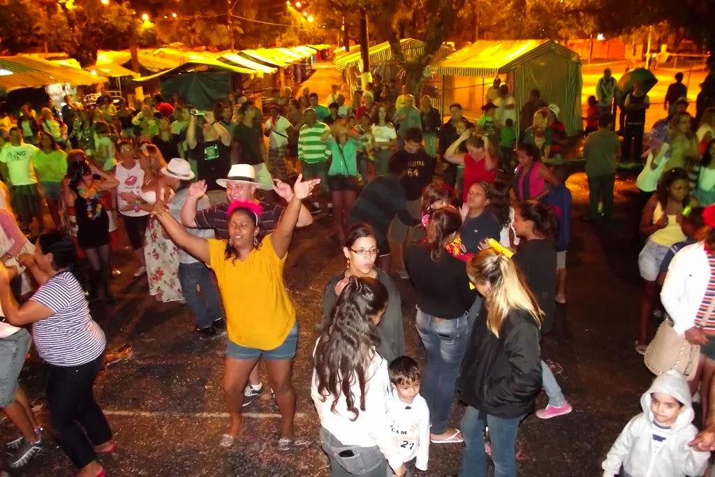 Foliões se divertem com show no último dia de Carnaval na Feirinha de Teresópolis, no Alto