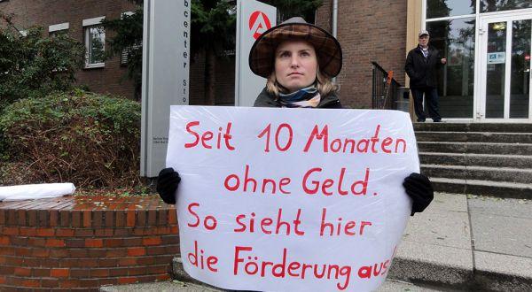 Seit 10 Monaten ohne Geld: Einsamer Protest vor dem Jobcenter