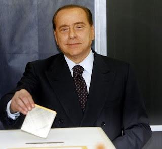 Silvio Berlusconi vota per il sindaco di Milano