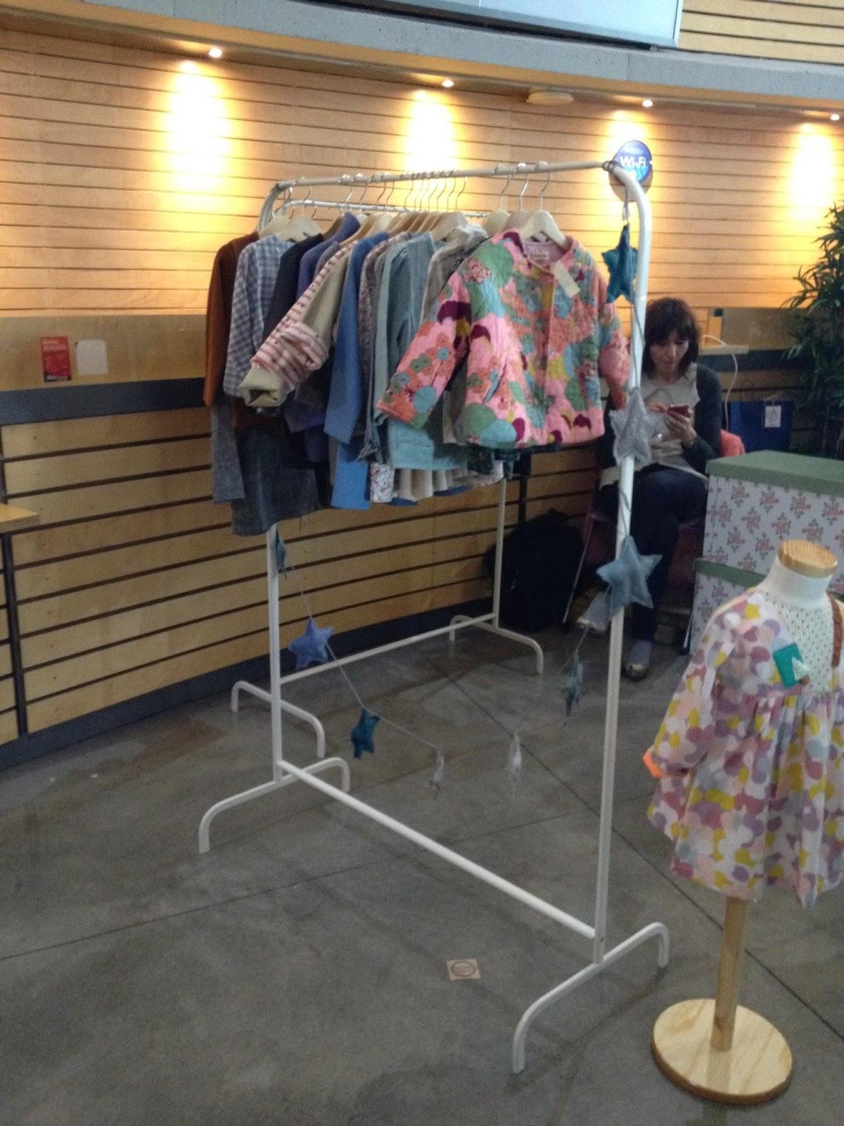 the sunday market Bilbao detalle puesto ropa niño