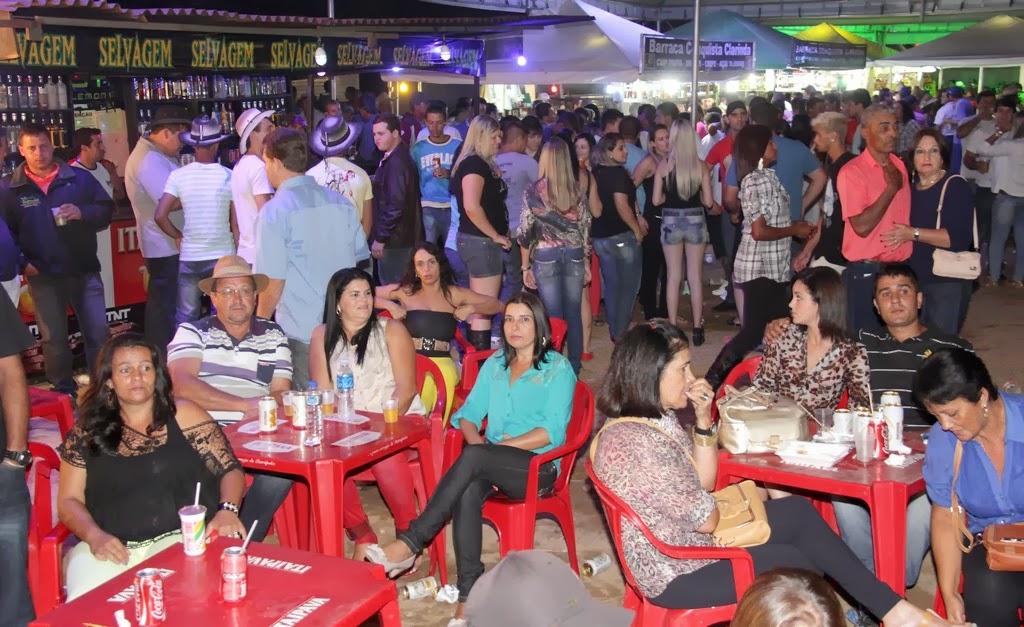 Praça de alimentação movimentada na 1ª Festa do Cavalo