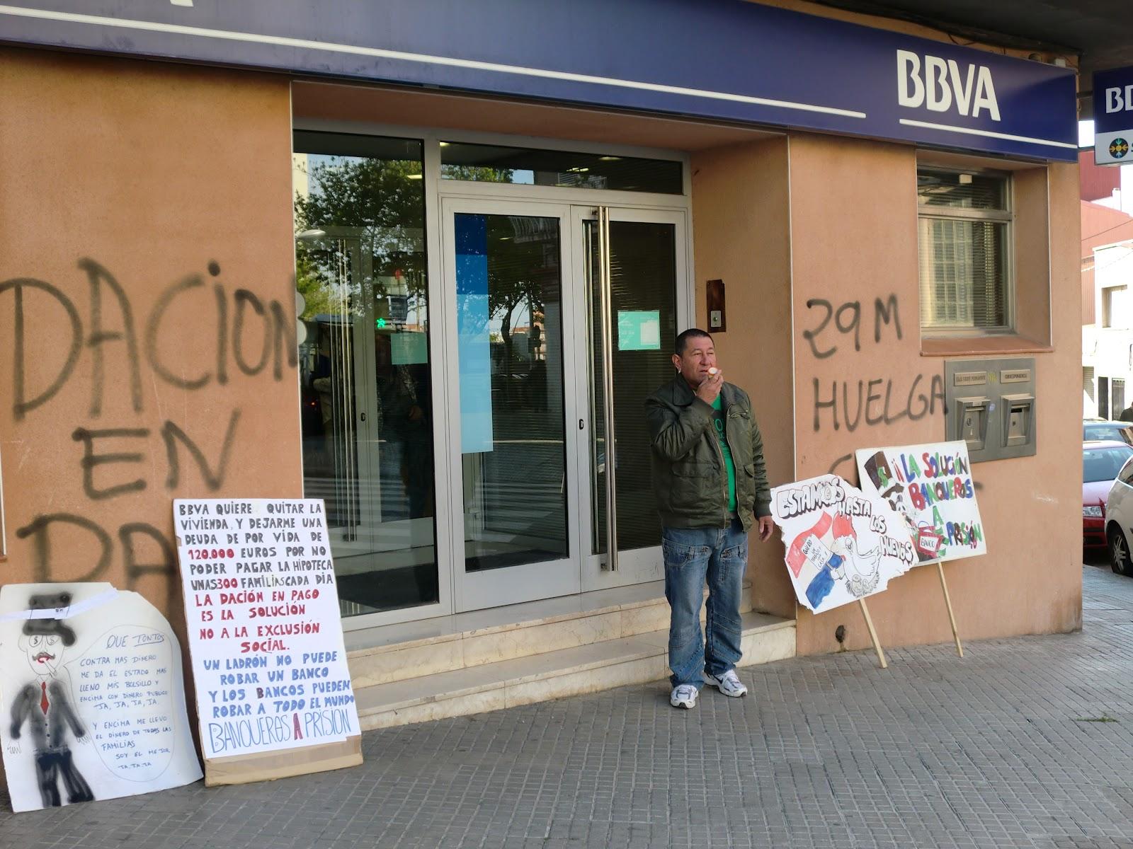Hipotecados terrassa luis comienza su protesta ante el bbva for Oficinas bbva terrassa