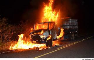 Caminhão pega fogo na rodovia CE-187, em localidade do município de Ipu-CE.