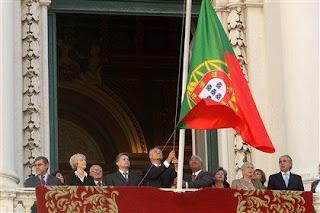 Cavaco Silva hasteia a bandeira nacional invertida durante as comemorações do 5 de Outubro