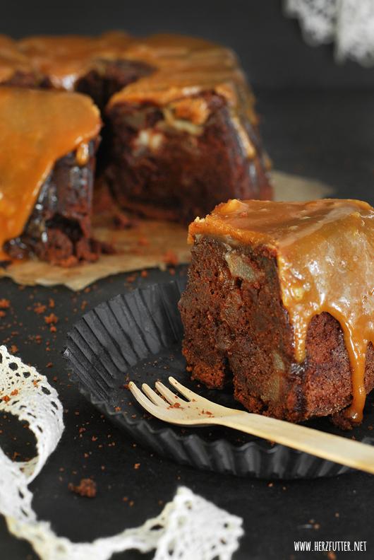 Schokoladenkuchen mit Birnen und Karamell