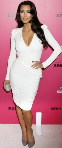 Kim Kardashian con bello vestido blanco