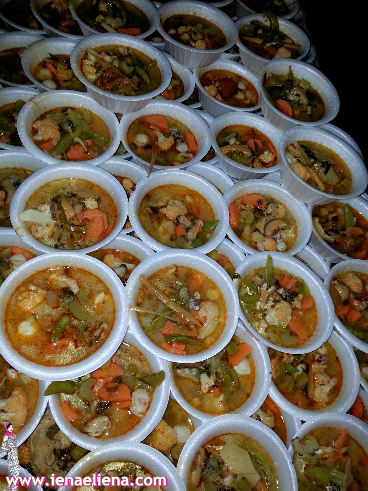kerja amal memberi makanan buat gelandangan atau homeless
