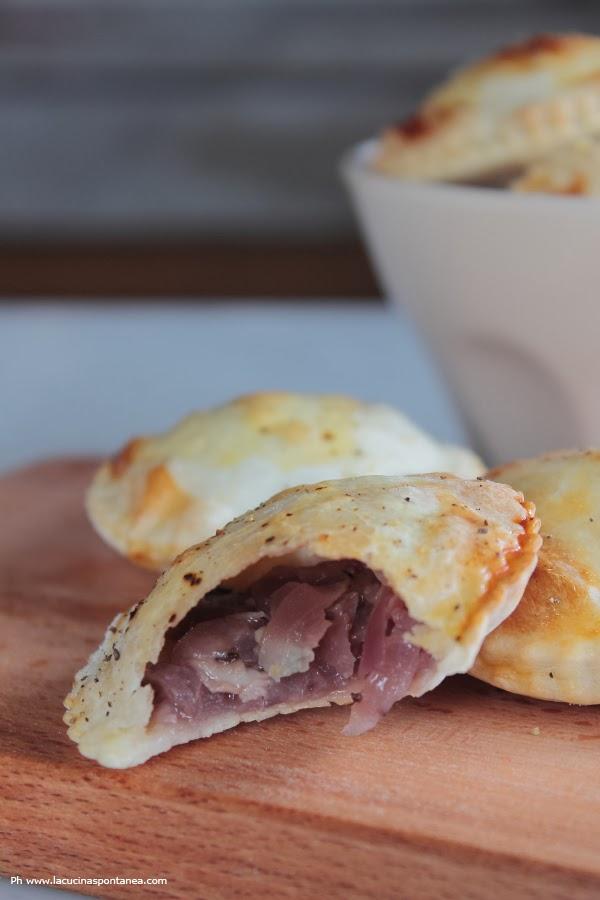 inviti, menù e hand pies di cipolle caramellate al gorgonzola