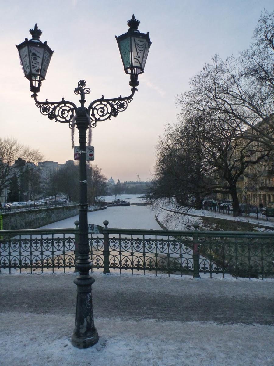 Admiralsbrücke in Kreuzberg (Berlin) mit Schnee, Straßenlaterne und idyllischer Abendsonne