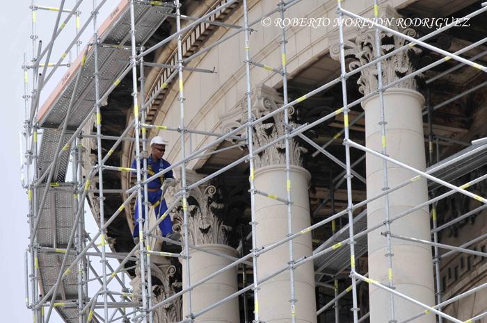 Un trabajador de la Oficina del Historiador de la Ciudad labora en el andamio que cubre la cúpula del Capitolio Nacional de Cuba, en proceso de restauración, en La Habana, el 28 de mayo de 2013.