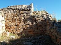 Detall de la part interior d'una porta tapiada a la fortificació del Montgrós