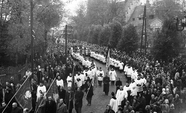 Końskie, 21 październik 1952 - pożegnanie ks. Antoniego Ręczajskiego. Fotografia wykonana z balkonu nieistniejącego już budynku banku. Po lewej stronie fotografii poczty sztandarowe koneckiego rzemiosła. Fotografię udostępniła Anna Kosmulska.