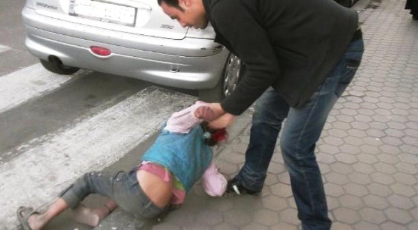 بالصور طريقة شيطانية ابتكرتها عصابات خطف الاطفال لتتمكن من خطف الاطفال تحذير لكل أب وأم !