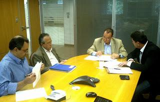 Prefeito Arlei em reunião com o secretário estadual de Obras, Hudson Braga, e equipe