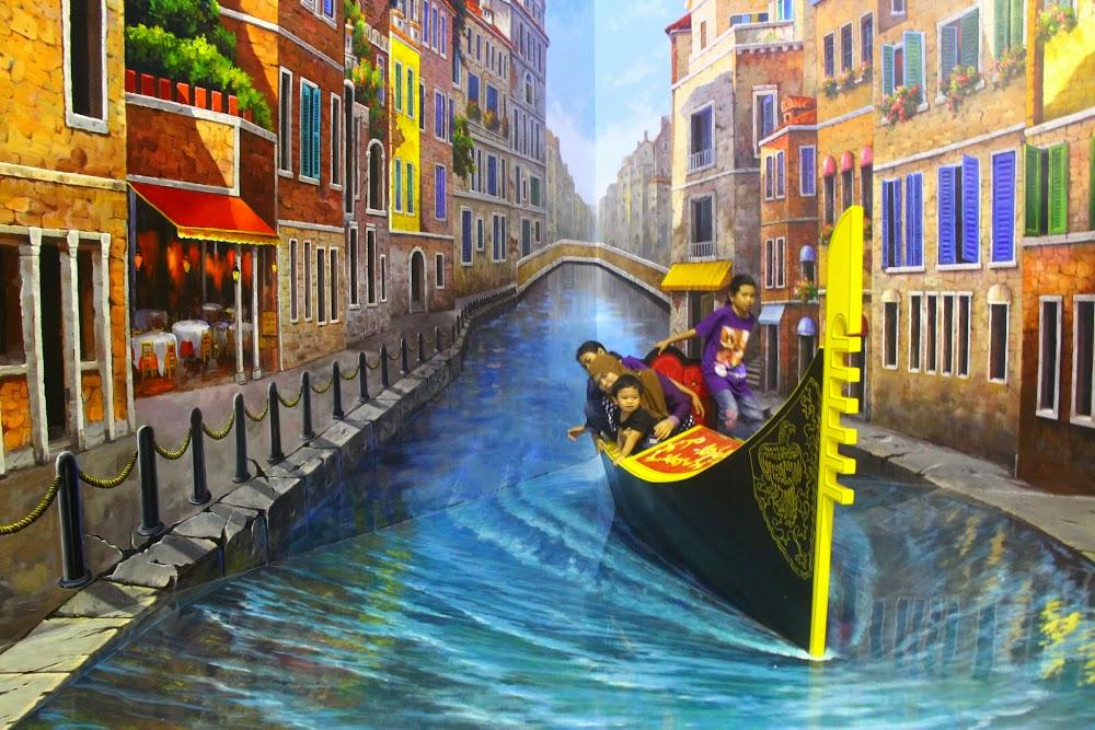 Mendayung sampan di Venice